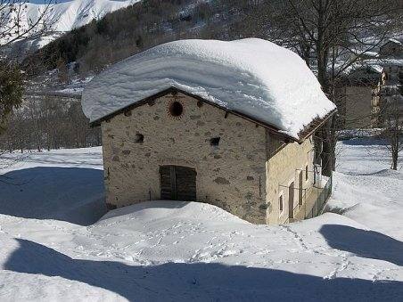 Zăpada continuă să provoace stricăciuni. O terasă din Botoşani, dar şi acoperişul unei şcoli din Neamţ s-au prăbuşit