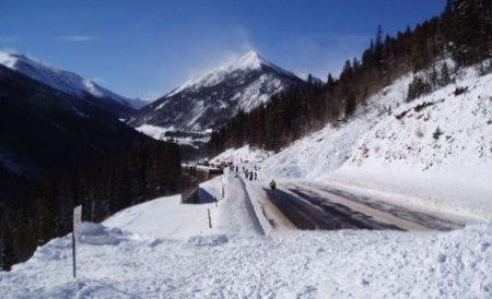 Avalanşe multiple pe Valea Lotrului. Mai multe echipaje intervin pentru îndepărtarea zăpezii de pe carosabil