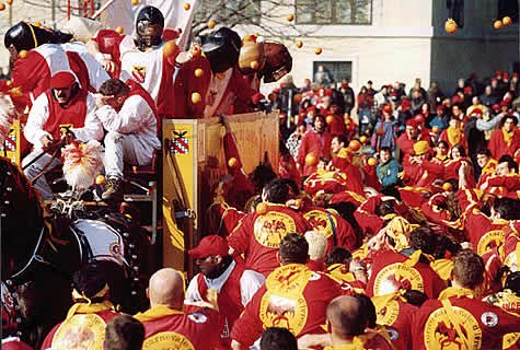 Bătaie cu muniţie zemoasă: Mii de italieni s-au scăldat în sucul a peste 500 de tone de portocale, în cadrul unui festival medieval
