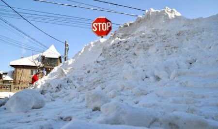 NINSOAREA s-a oprit, drumurile rămân blocate. Vezi lista trenurilor anulate şi a şoselelor închise