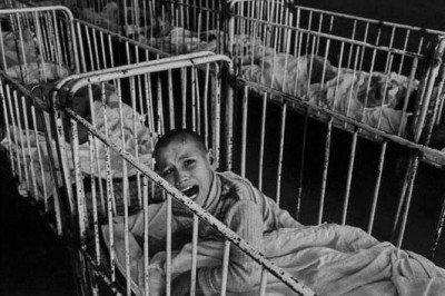 Orfelinatele din România, lagăre de concentrare pentru copii. Rezultatele unui experiment şocant făcut de străini