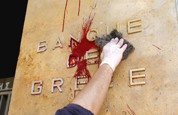 """""""Politica lor ne împinge spre catastrofă"""". Grecia a adoptat cele mai severe măsuri de austeritate din istorie"""