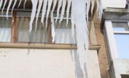 Un bărbat din Bârlad a murit după ce bucăţi de gheaţă i-au căzut în cap. Proprietarul magazinului cu pricina, amendat de Primărie