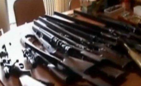 Zeci de arme, găsite în urma unor percheziţii domiciliare în Prahova. O persoană a fost reţinută
