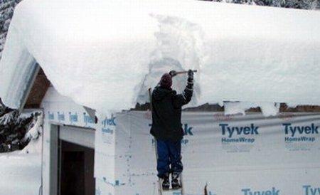 Două acoperişuri din Mureş s-au prăbuşit sub greutatea zăpezii îmbibate cu apă