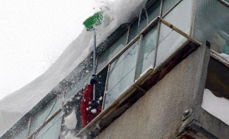 Pericolul pândeşte la înălţime. Zăpada căzută de pe acoperişuri face numeroase victime peste tot în ţară