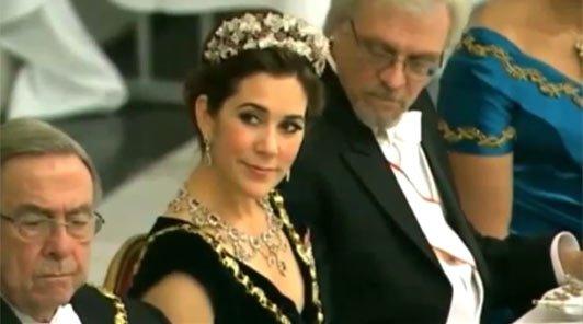 Soţul preşedintei Finlandei, prins cu ochii în decolteul prinţesei Mary a Danamarcei
