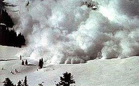 Tone de zăpadă au luat-o la vale spre şosele. Circulaţia rutieră şi traficul feroviar, blocate din cauza avalanşelor