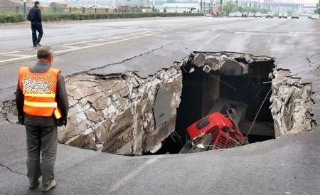 """A simţit cum o înghite asfaltul cu tot cu maşină! O groapă imensă, de cinci metri, a apărut """"din senin"""" pe o stradă din Vâlcea"""