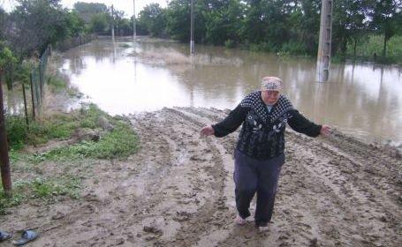 """În aşteptarea dezastrului. """"Patru ani la rând apele ne-au distrus totul"""". Oamenii din Galaţi şi Vrancea se tem de inundaţii devastatoare"""