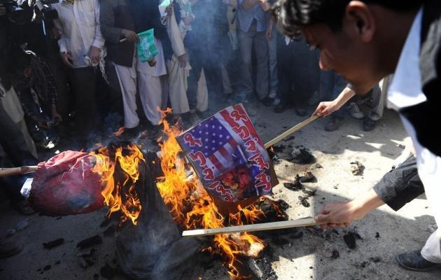 """""""Pentru a apăra Cartea Sfântă trebuie să UCIDEM militarii străini din Afganistan"""". Talibanii, revoltaţi după ce americanii au ars Coranul"""