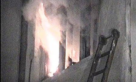 Explozie într-un bloc de locuinţe din Iaşi. O persoană a fost grav rănită
