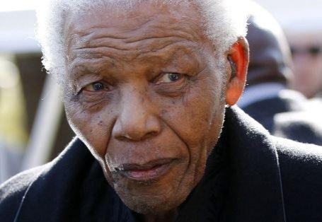 Nelson Mandela a fost spitalizat, dar se simte bine şi este într-o dispoziţie bună