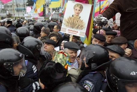 """Viktor Ianukovici, dispus să o graţieze pe Iulia Timoşenko, """"dacă va cere"""""""