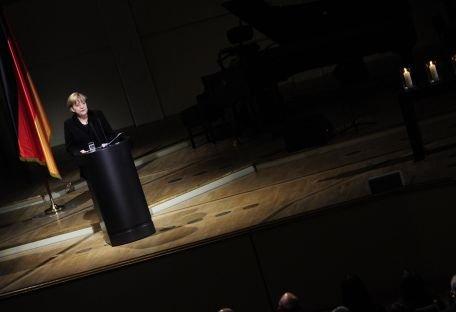 """Angela Merkel este sfătuită de Karl Lagerfeld să poarte """"pantaloni tăiaţi mai bine"""" şi """"veste deschise peste cămăşi"""""""