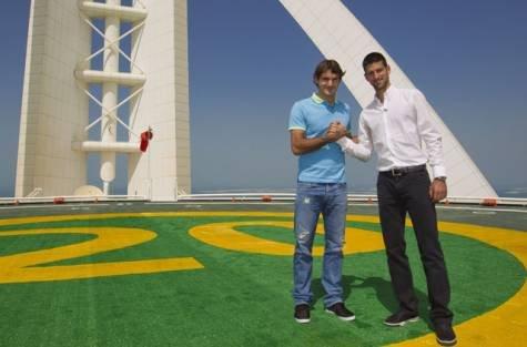 Djokovic şi Federer, la înălţime: S-au pozat şi au schimbat câteva mingi pe Burj Al Arab