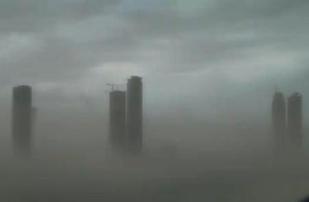 Dubaiul, înghiţit de nisip. Oraşul  a fost paralizat de o furtună violentă