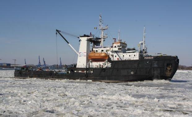 O navă s-a scufundat pe Dunăre din cauza gheţii. Alte 18 sunt acum împinse în derivă de sloiurile de gheaţă