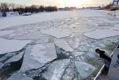Pericol de moarte pe Dunare: O navă cu 700 de tone de porumb s-a scufundat noaptea trecută