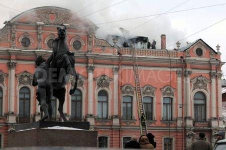 Incendiu violent la un palat din Sankt Petersburg. Mai multe camere ale edificiului au fost cuprinse de flăcări