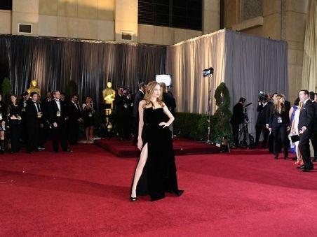 Piciorul dezgolit al Angelinei Jolie, vedetă pe Internet şi Twitter. Vezi cum a fost parodiat după noaptea Oscarurilor