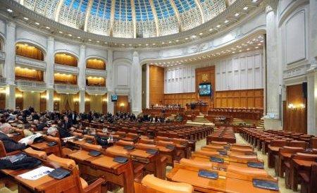 Protest în Parlament. Un fost deţinut politic s-a rugat în genunchi ca foştii comunişti să fie scoşi din viaţa publică