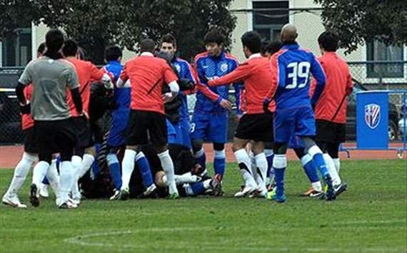 Bătaie generală la al doilea meci al lui Anelka în China: 13 jucători şi-au împărţit pumni şi picioare