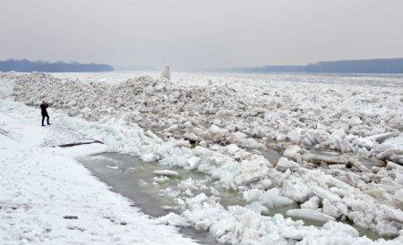 Dinamitarea sloiurilor de pe Dunăre, amânată. Autorităţile vor folosi un spărgător de gheaţă