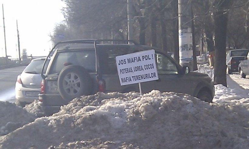 Munţii de zăpadă au făcut posibil acest protest inedit. Neglijenţa autorităţilor a sporit inventivitatea românilor
