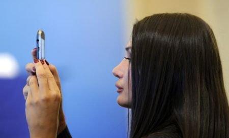 """""""Sărmana"""" Elena Băsescu. Susţine că este """"personal afectată"""" de tarifele mari de roaming pentru Internet"""