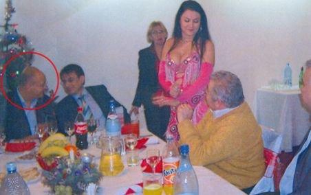 """Şeful Casei de Sănătate, Lucian Duţă, se """"relaxează"""" la petreceri cu dansatoare din buric"""