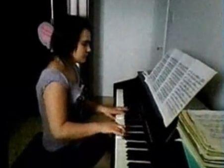 Talentul nu ţine de foame dar hrăneşte vise. O româncă de 13 ani, talentată la pian, a impresionat o lume întreagă cu povestea ei