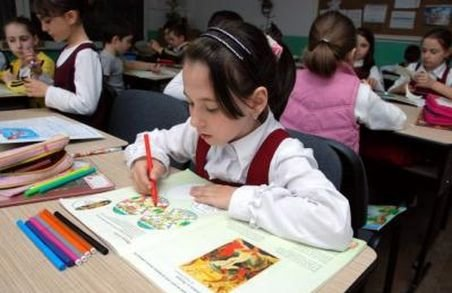 Înscrierea la şcoală îi aduce pe părinţi la limita legii. De ce îşi schimbă oamenii buletinele