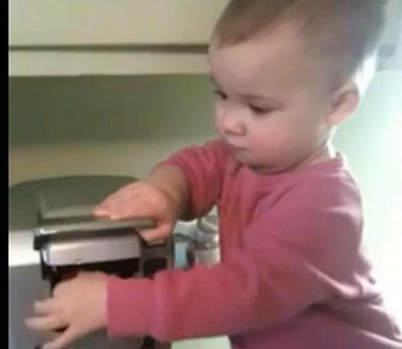 Râzi şi tu! O fetiţă de-o şchioapă face cafea