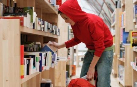 Sute de cărţi, furate din librării în 2011. Care au fost cele mai râvnite volume