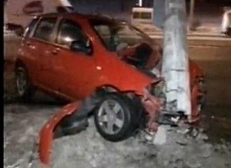 Un şofer a intrat cu maşina într-un stâlp electric din Bucureşti. Tramvaiele şi autoturismele au fost blocate ore întregi