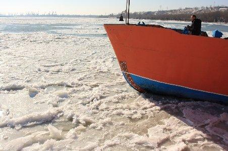 Pericol pe Dunăre: Un pod de gheaţă lung de 1 km şi gros de 3-4 metri ameninţă portul Tulcea