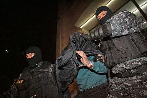 Agentul Vlădan a fost reţinut pentru 24 de ore. Şi-a omorât soţia cu trei gloanţe, apoi a tras la întâmplare