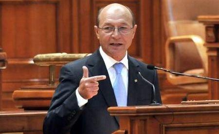 """Discursul lui Băsescu din Parlament, întrerupt: """"Demisia! Regele Mihai"""". Reacţia: """"Mergeţi la el şi chemaţi-l"""""""