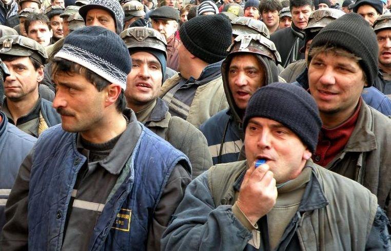 ÎMBRÂNCELI între MINERI şi JANDARMI. Miile de ortaci au deblocat DN 66 după patru ore de proteste în stradă