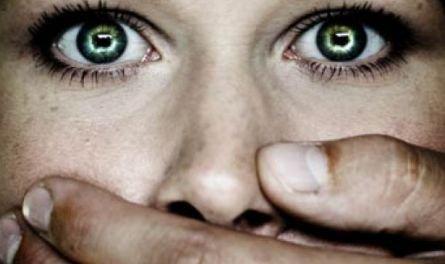 """""""Nu o să mai fiţi bătute acasă de bărbaţi"""". Băsescu a promulgat legea privind prevenirea şi combaterea violenţei în familie"""