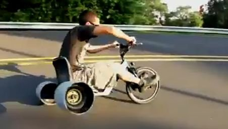 Vrei adrenalină? Încearcă şi tu drifturile cu tricicleta