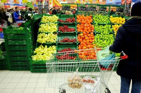 Produsele de import se scumpesc de 10 ori de la intrarea în ţară până la raft
