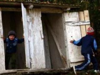 Directoarea şcolii din Viişoara, demisă după ce o fetiţă a murit înecată în fosa septică a unităţii