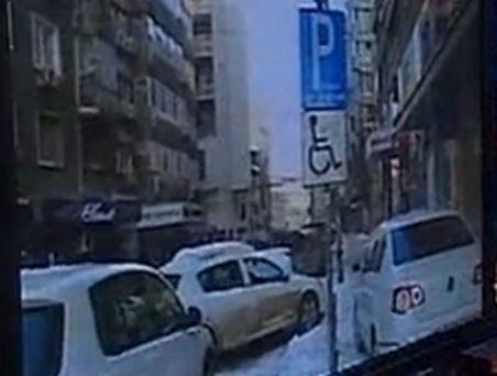 Se întâmplă doar în România: Pietonii nu mai au loc de maşinile parcate pe trotuare