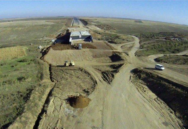 Fantoma unui drum care ar fi trebuit să fie gata acum 2 ani a înghiţit 2,6 milioane de lei. Nici un picior de constructor n-a trecut pe acolo