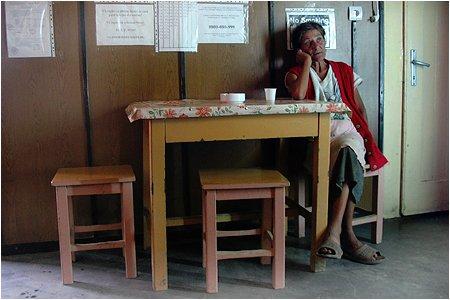 Doar în România. Locuitorii unui sat din Caraş-Severin îşi primesc corespondenţa la barul local
