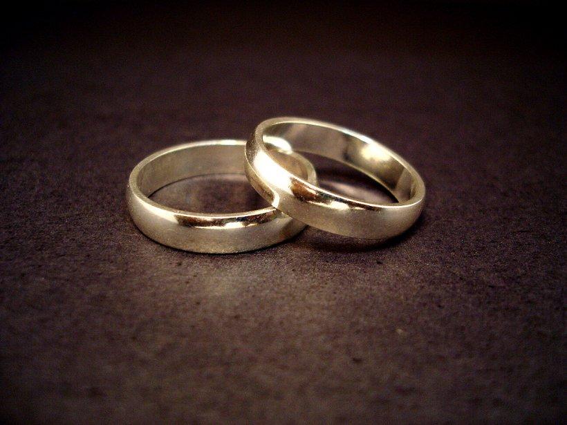 O femeie din New York a descoperit recent că are trei căsnicii, cu trei bărbaţi din ţări diferite