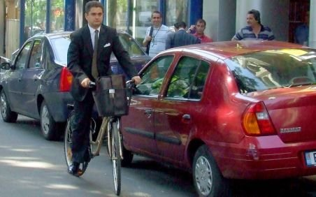 Paleologu, pe bicicletă la şedinţa PDL: Colegii mei sunt născuţi în maşină