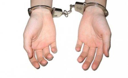 """Poliţiştii, """"fraţi"""" cu hoţii. Oamenii legii îşi negociau """"salariul"""" cu şefii reţelei"""